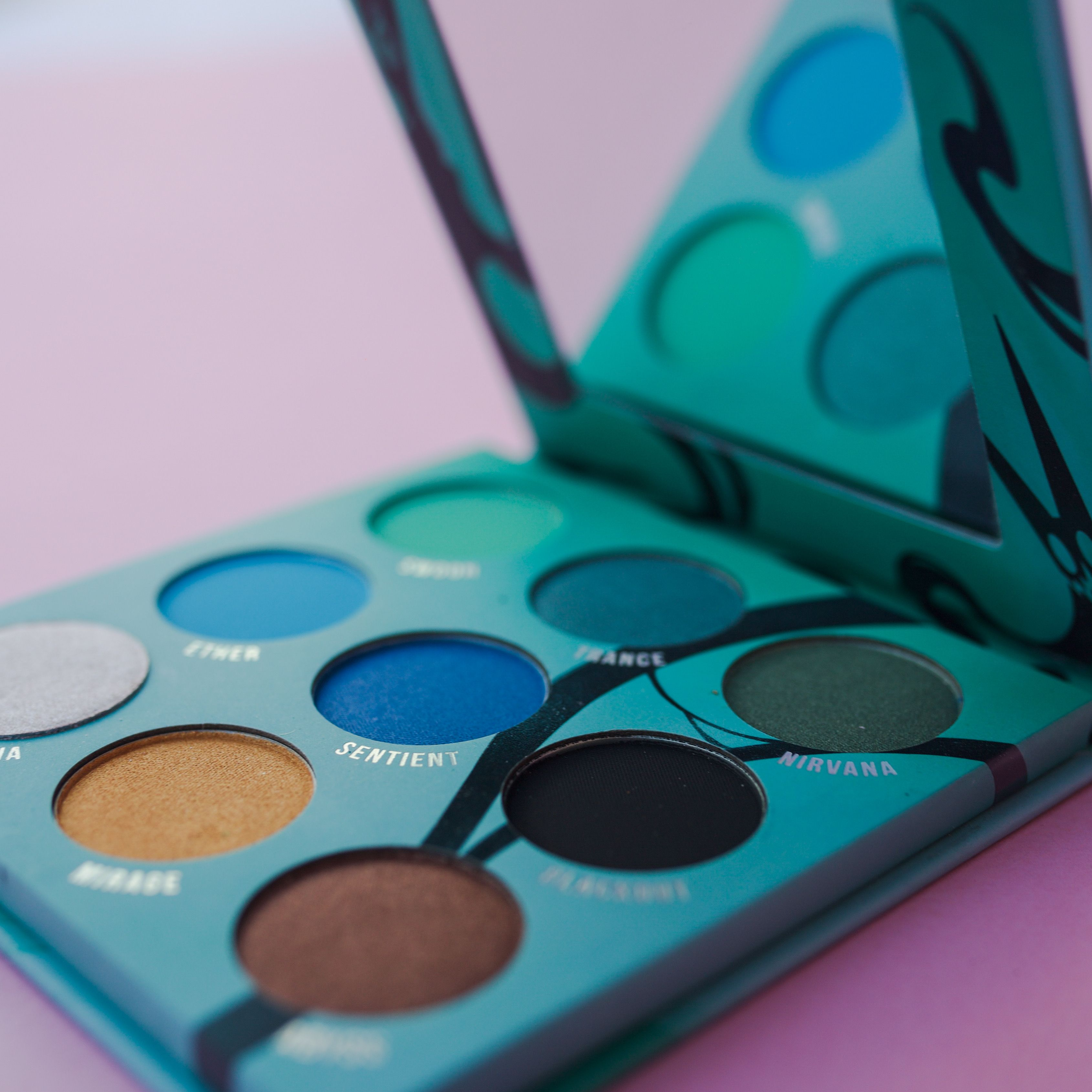 MATTE AND SPARKLING EYESHADOWS, FOR YOUR DAY AND NIGHT LOOK!